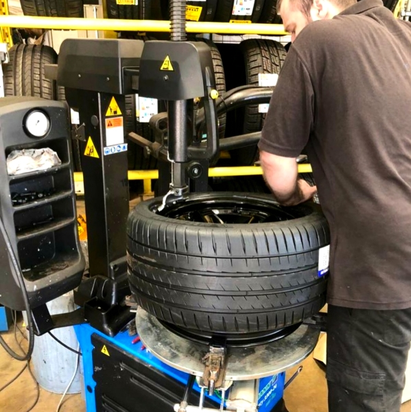Fitting Michelin Pilot Sprt 4s tyres to Nismo LM GT4 Wheels | Bush Tyres